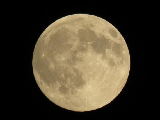 月の表面の物質と知ると面白い海とクレーターの名